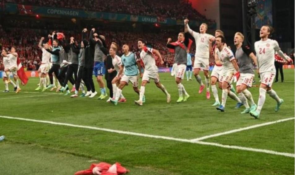 情绪激动的丹麦拿到了在16强对阵威尔士的机会