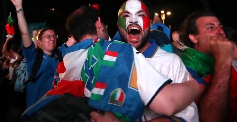 英格兰在欧洲杯温布利决赛中失利后,意大利球迷欣喜若狂