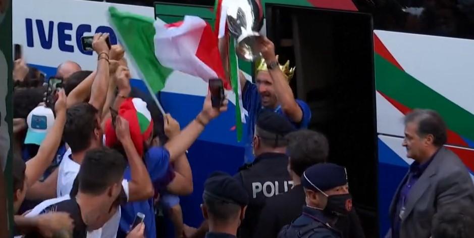 意大利足球队伍已回到罗马