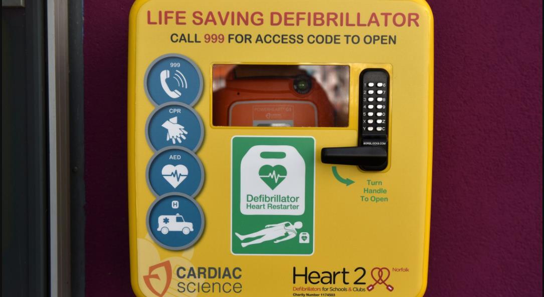 英超联赛医生敦促在基层设施开始安装除颤器时进行除颤器使用教育