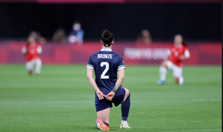 东京奥运会:国标女足单膝跪地