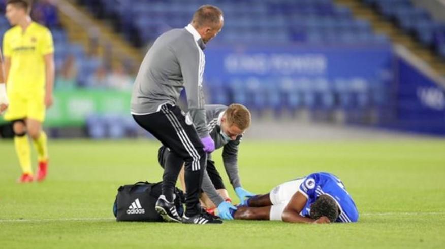 莱斯特城后卫韦斯利·福法纳在友谊赛中腿部严重受伤