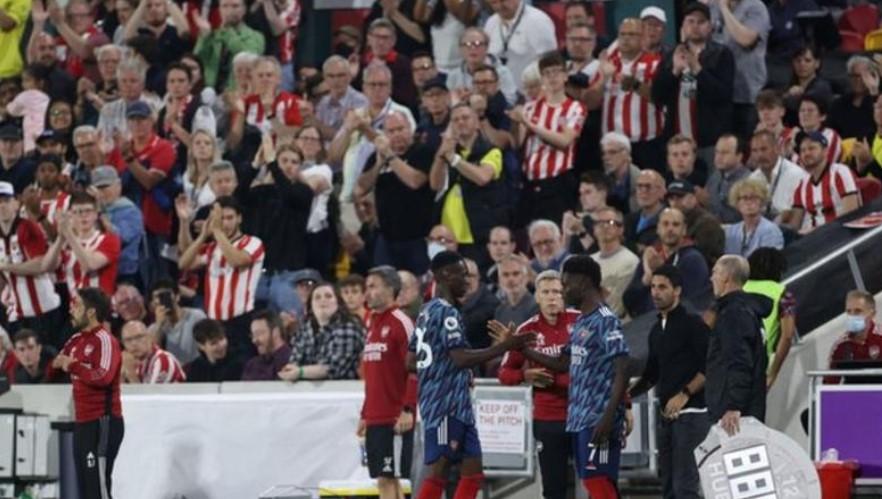 阿森纳前锋布卡约·萨卡在英超联赛回归时在布伦特福德得到了球迷们的起立鼓掌
