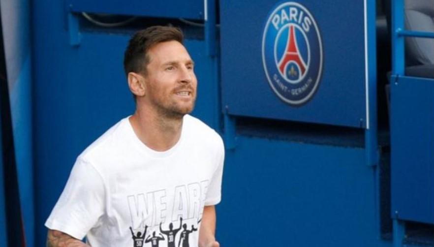 在巴黎圣日耳曼队击败斯特拉斯堡竞赛俱乐部前梅西被介绍给球迷
