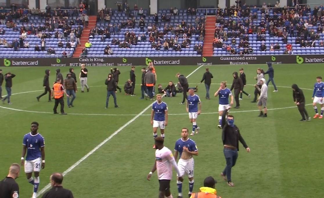 在球迷在球场上抗议俱乐部所有权后,奥尔德姆对阵巴罗的第二场比赛被推迟
