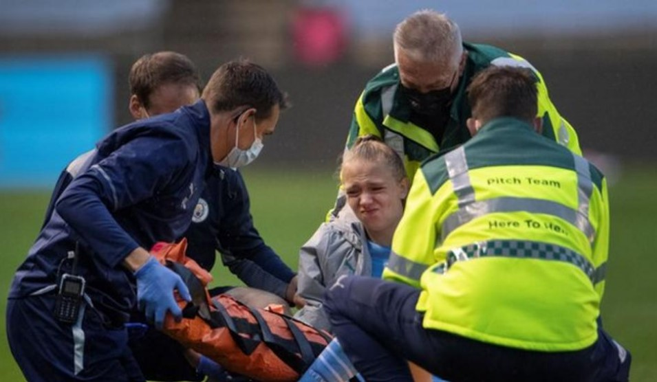 曼城和英格兰后卫埃斯梅·摩根遭受腿骨折