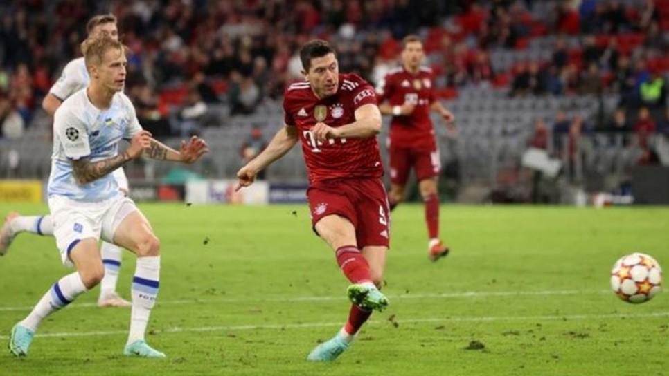 罗伯特.莱万多夫斯基在拜仁慕尼黑大获全胜的比赛中打进两个球