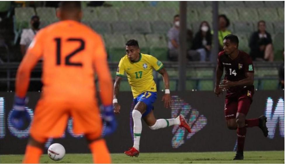 利兹队的拉斐尔.迪亚斯.贝洛利帮助巴西在比赛中逆转并且获得胜利