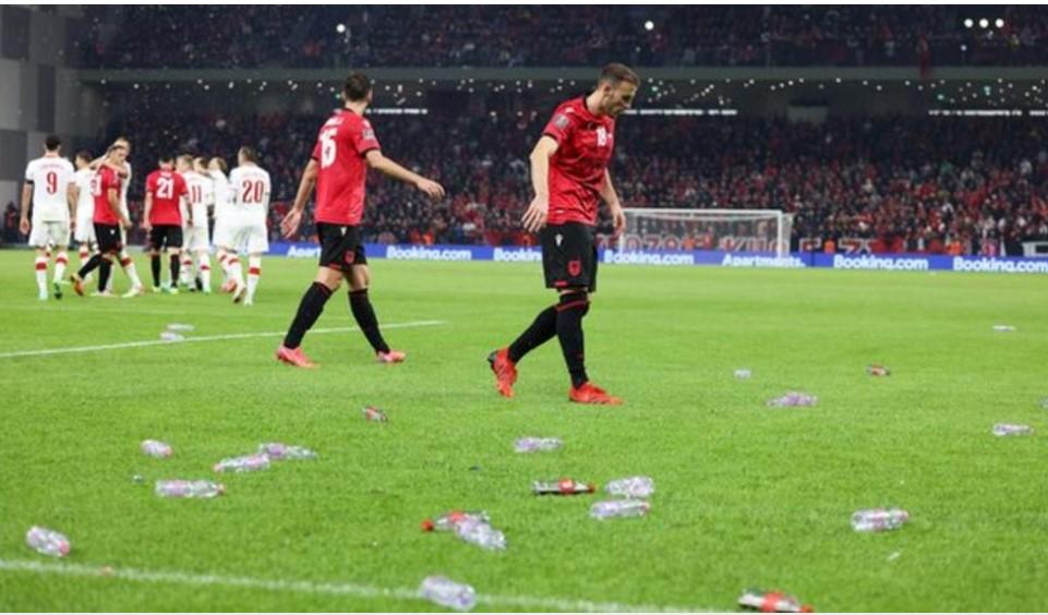 波兰对阵阿尔巴尼亚的世界杯预选赛因球迷的捣乱而被暂停20分钟