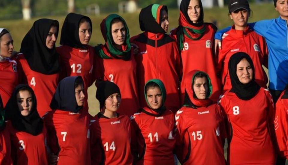 大约 100 名女足球员从阿富汗撤离到多哈