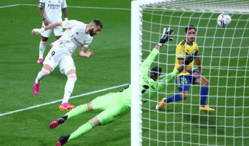 皇家马德里上升至西甲联赛的第一名与马德里竞技队并列