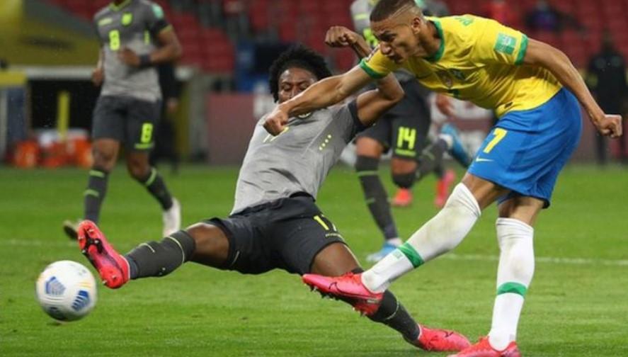 理查尔利森在巴西击败厄瓜多尔的比赛中射进一个球