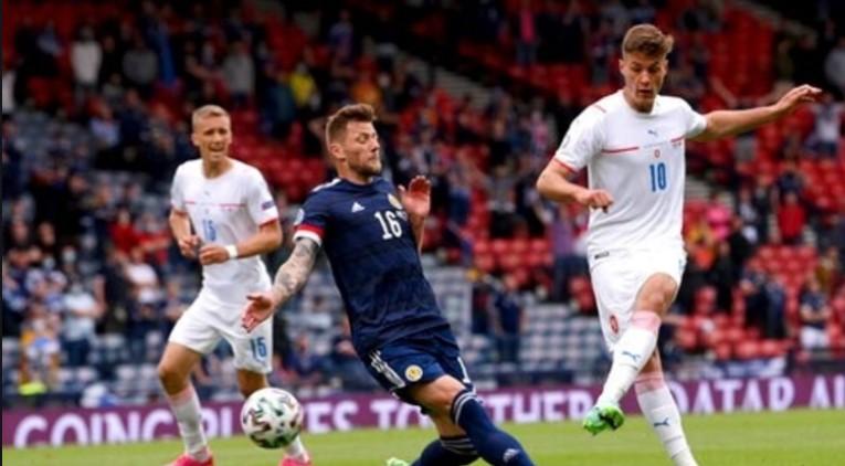 希克的远距离进球帮助捷克击败了苏格兰