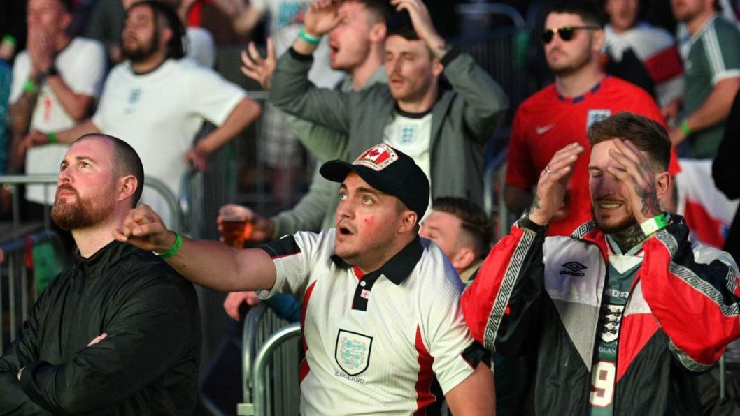 英格兰和意大利球迷期待加时赛和点球