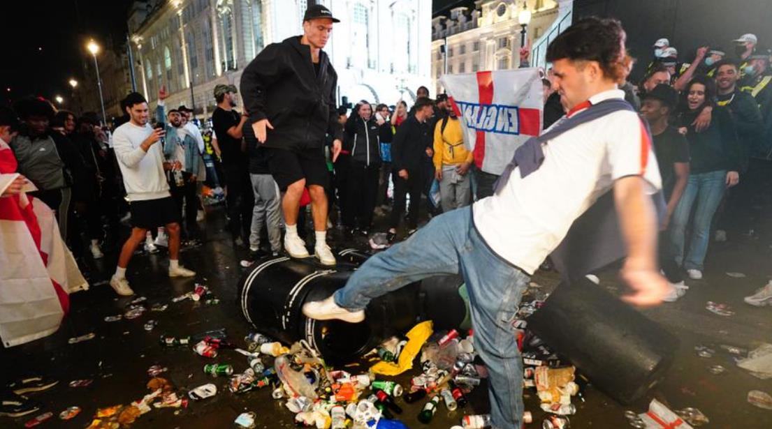 当索斯盖特的球队表现不佳时,球迷留下了眼泪