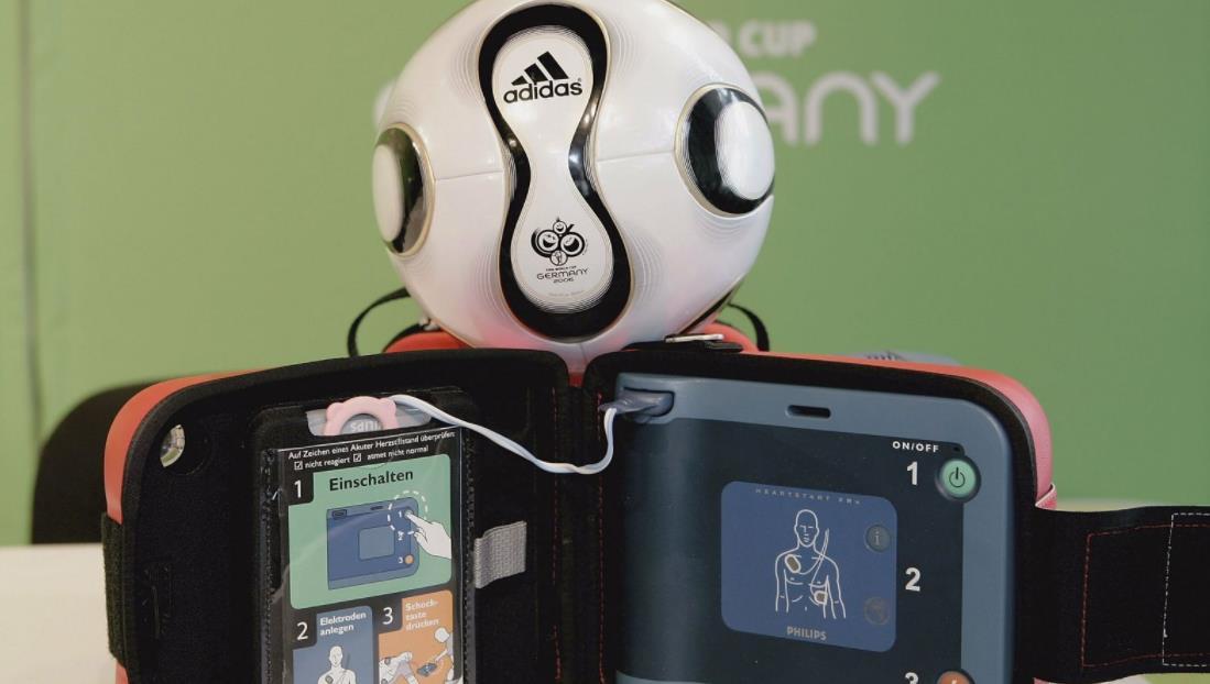 英超裁判泰勒鼓励草根俱乐部利用主动提供除颤器2000