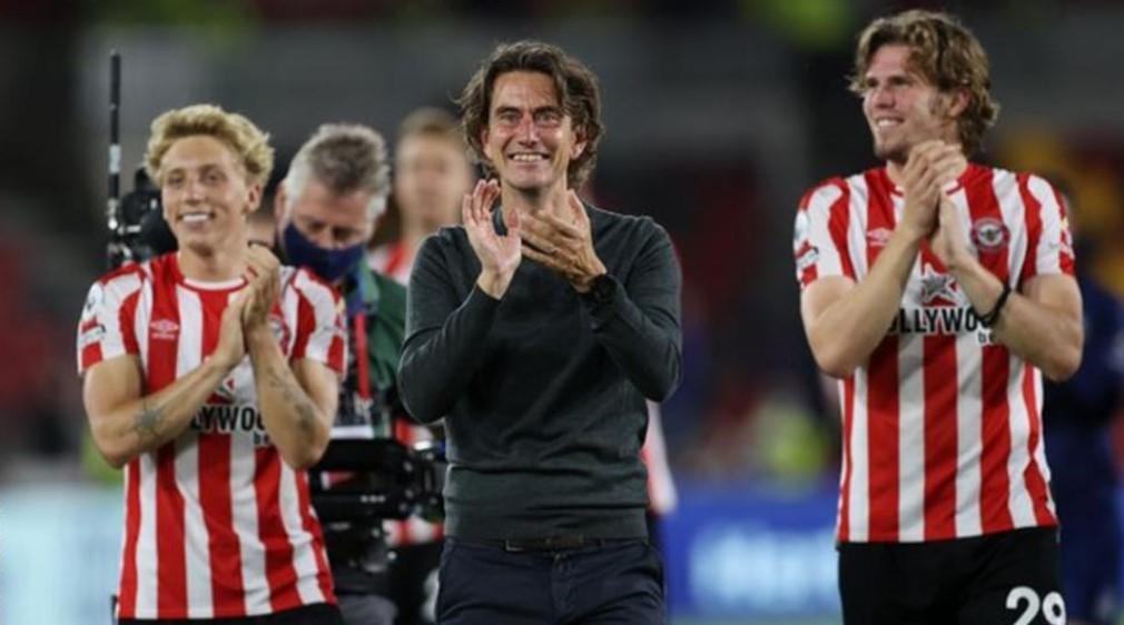 球迷为以战胜阿森纳而回归的布伦特福德欢呼