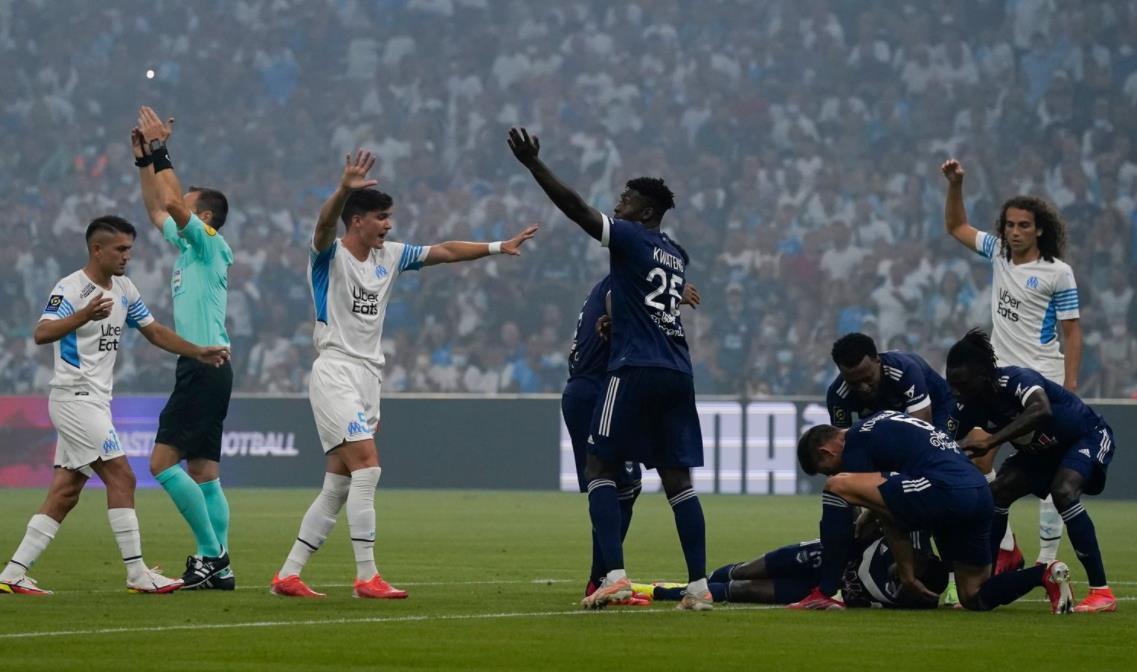 波尔多前锋在法甲对阵马赛的比赛中倒下,然后短暂返回球场