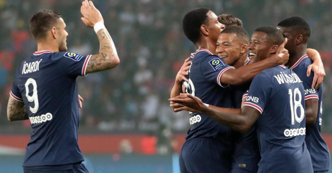 梅西看着巴黎圣日耳曼赢得胜利