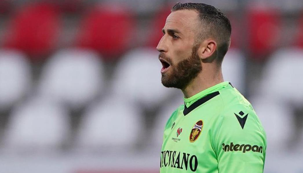 博洛尼亚与特尔纳纳对阵的比赛中出局