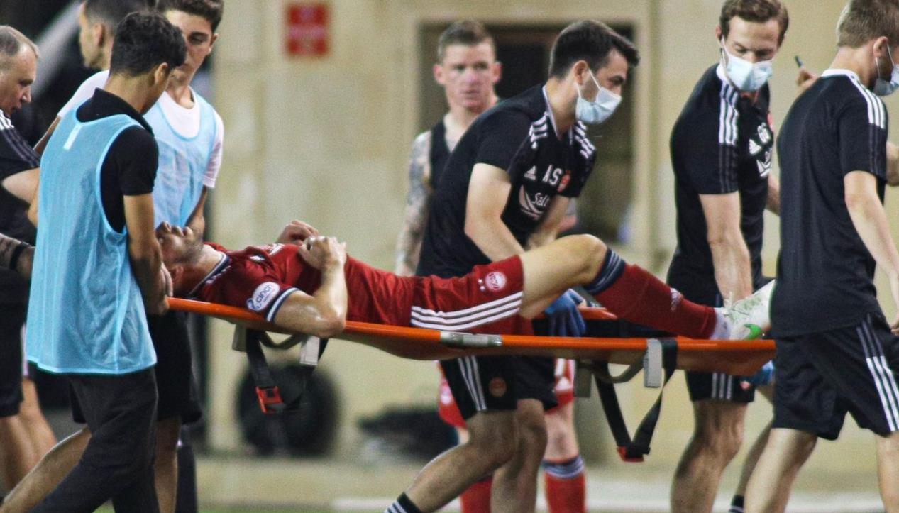 康西丁在欧罗巴联盟附加赛对阵卡拉巴赫的比赛中受伤