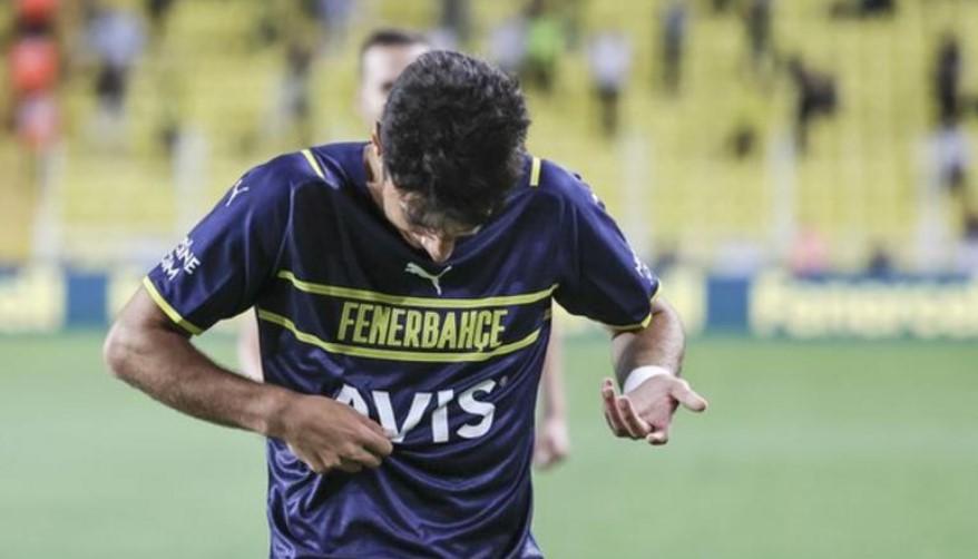 费内巴切球员穆罕默德·古穆斯卡亚进球后试图亲吻俱乐部徽章,但找不到
