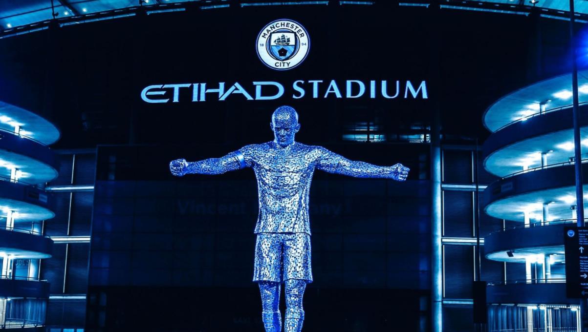 曼城在阿森纳比赛前揭开文森特~孔帕尼和大卫~席尔瓦的雕像