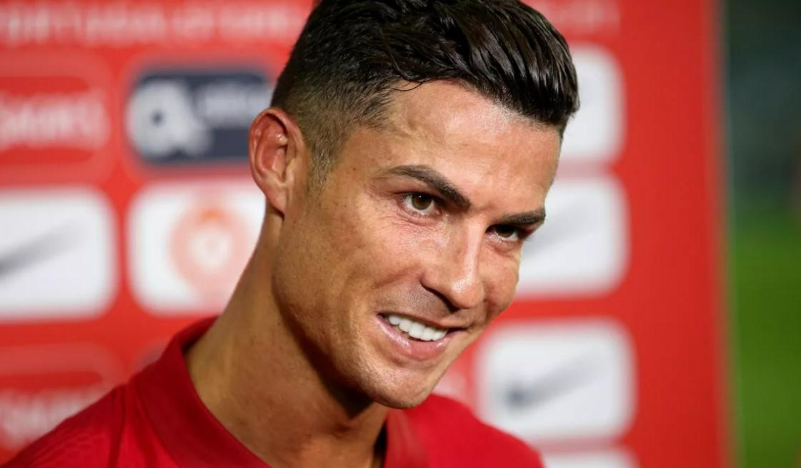 克里斯蒂亚诺.罗纳尔多在完成曼联转会后抵达英国